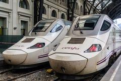 Deux trains à grande vitesse sur la gare ferroviaire image stock