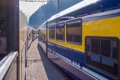 Deux trains approchants dans les montagnes de la Suisse images stock