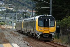 Deux 2 trains d'émeu de voiture au service de passager sur NIMT Photographie stock