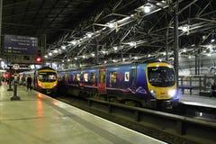 Deux trains de dmu de la classe 185 dans la station de Leeds la nuit Images stock