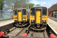 Deux trains diesel de la classe 153 à la station de Lancaster Photographie stock libre de droits