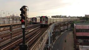 Deux trains en acier du centre urbains modernes étonnants de métro de souterrain rencontrent l'arrivée à la station ferroviaire d banque de vidéos