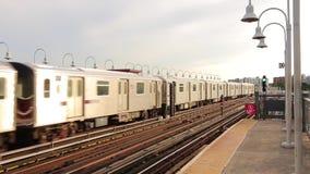 Deux trains en acier du centre urbains modernes renversants de métro de souterrain rencontrent l'arrivée à la station ferroviaire banque de vidéos