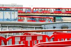 Deux trains légers se croisant à Canary Wharf Images stock