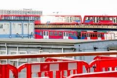Deux trains légers se croisant à Canary Wharf Photo stock
