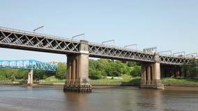 Deux trains passent dessus le pont du Roi Edward VII banque de vidéos