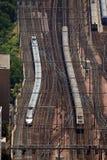 Deux trains sur des pistes Image libre de droits