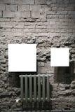 Deux trames en blanc sur le mur de briques gris Photo libre de droits