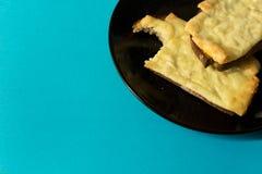 Deux tranches de fromage grillé sur la morsure de pain grillé sortie, sur le noir photos libres de droits