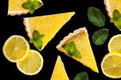 Deux tranches de tarte de citron sur le fond noir Photos libres de droits