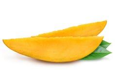 Deux tranches fraîches juteuses de mangue avec des feuilles Photos libres de droits