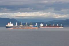 Deux transporteurs d'océan dans la baie anglaise Photo libre de droits