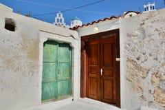 Deux trappes Pyrgos Kallistis, Santorini, îles de Cyclades La Grèce Photographie stock libre de droits