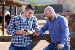 Deux travailleurs décontractés de ferme Photographie stock