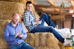 Deux travailleurs décontractés de ferme Images libres de droits