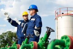 Deux travailleurs dans le gisement de pétrole Concept de pétrole et de gaz photo libre de droits