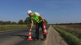 Deux travailleurs de construction de routes sur la route banque de vidéos