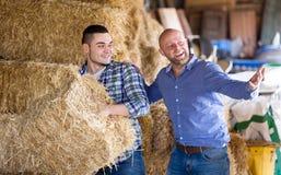 Deux travailleurs de ferme en grenier à foin Photo libre de droits