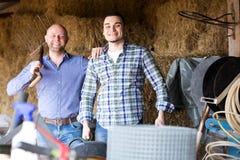 Deux travailleurs de ferme en grenier à foin Image libre de droits