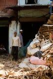 Deux travailleurs de réutilisation des taudis de Dharavi dans l'Inde de Mumbai Photographie stock