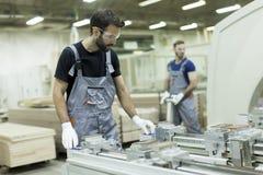 Deux travailleurs de sexe masculin travaillant dans l'industrie du meuble photos libres de droits