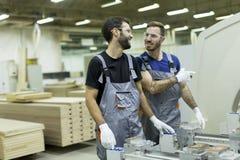 Deux travailleurs de sexe masculin travaillant dans l'industrie du meuble photographie stock