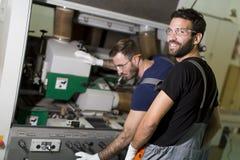 Deux travailleurs de sexe masculin travaillant dans l'industrie du meuble images stock