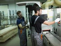 Deux travailleurs de sexe masculin travaillant dans l'industrie du meuble photo stock