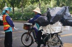 Deux travailleurs féminins d'hygiène dans la conversation Photo libre de droits