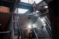 Deux travailleurs faisant une soudure industrielle Image libre de droits