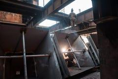 Deux travailleurs faisant une soudure industrielle Images libres de droits