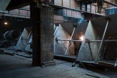 Deux travailleurs faisant une soudure industrielle Photo libre de droits