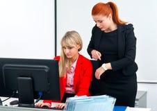 Deux travailleurs nerveux de collègue dans le bureau avec l'ordinateur Photo stock