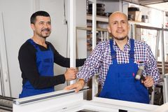 Deux travailleurs ont fait des portes Image stock