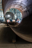 Deux travailleurs soudant dans des chaudières d'une fabrication d'usine photographie stock