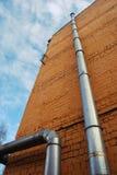 Deux tuyaux de ventilation sur un mur de briques Photo libre de droits