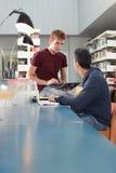 Deux types étudiant dans la bibliothèque Image stock