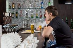 Deux types buvant à une barre Photo libre de droits