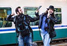 Deux types combattent parce qu'ils ont manqué leur train Photographie stock libre de droits