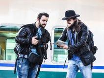 Deux types combattent parce qu'ils sont perdus dans un pays étranger Images libres de droits