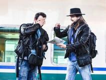 Deux types combattent parce qu'ils sont perdus dans un pays étranger Images stock