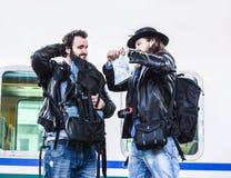 Deux types combattent parce qu'ils sont perdus dans un pays étranger Image libre de droits