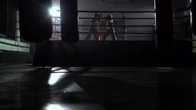 Deux types concurrencent dans un anneau de sports clips vidéos