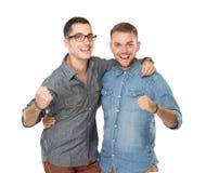 Deux types d'amis se tenant avec des mains sur des épaules et regardant Photo libre de droits