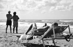 Deux types de contemplation de notre âge technologique Un homme simple contemple son smartphone tandis que deux amis contemplent  photographie stock libre de droits
