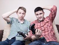 Deux types jouant des jeux vidéo Photos libres de droits