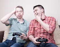 Deux types jouant des jeux vidéo Photo libre de droits