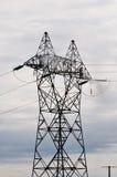 Deux types nettoyant le grand pylône électrique Photographie stock libre de droits