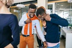 Deux types noirs fous prenant la photo folle lors de la réunion Photographie stock libre de droits