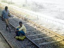 Deux types ont obtenu sur les rails avec des écrous Image libre de droits